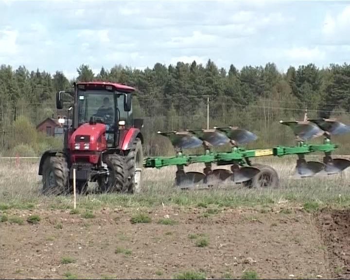 В Любиме сегодня выбирали лучшего молодого тракториста региона