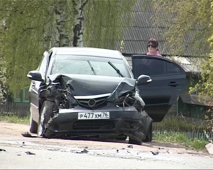 В Данилове на перекрестке столкнулись три автомобиля