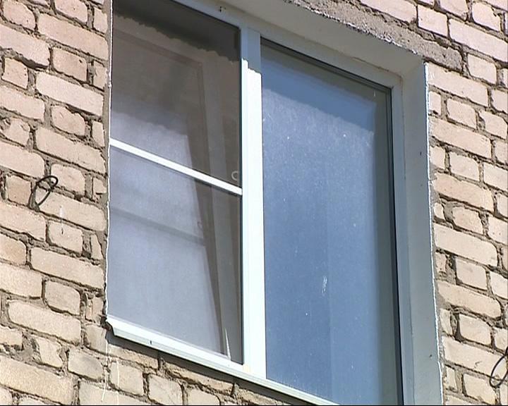 4-летний мальчик упал с 5-го этажа, облокотившись на москитную сетку