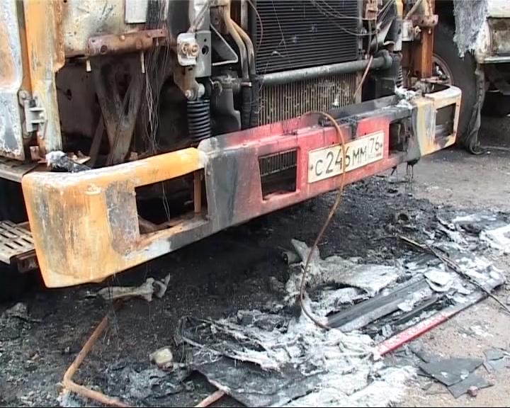 Ночью на территории Даниловского ГУП «Автодор» сгорели два грузовых автомобиля