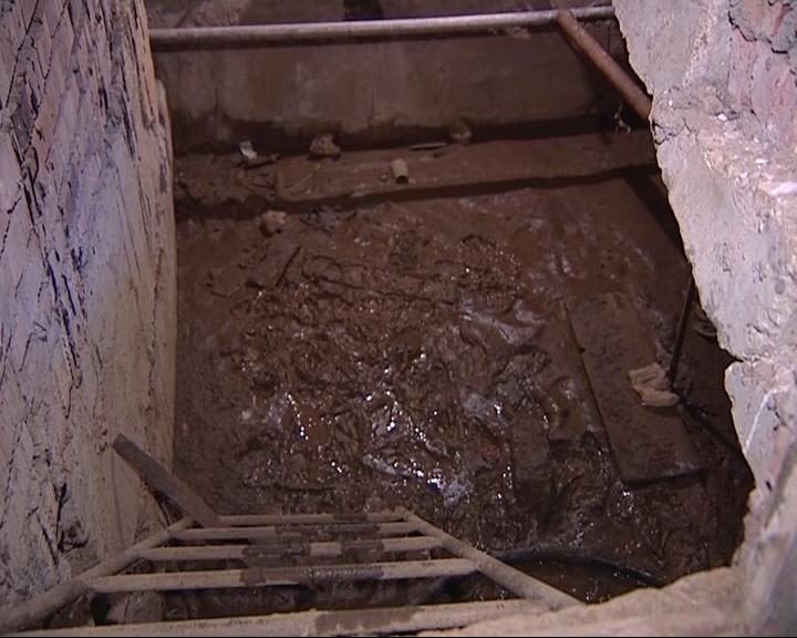 Жители одного из домов Углича не могут добиться ремонта в подвале