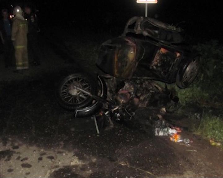 Мотоцикл с коляской перевернулся и загорелся