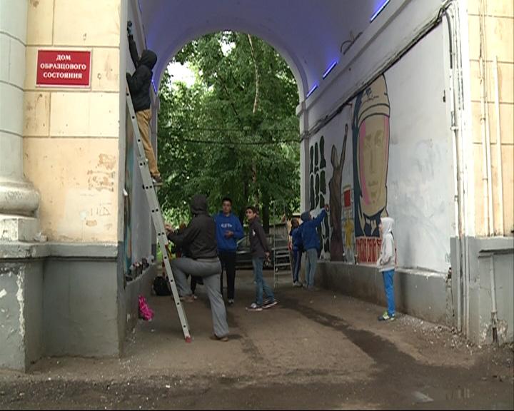 Разрисованную граффити арку закрасили белой краской