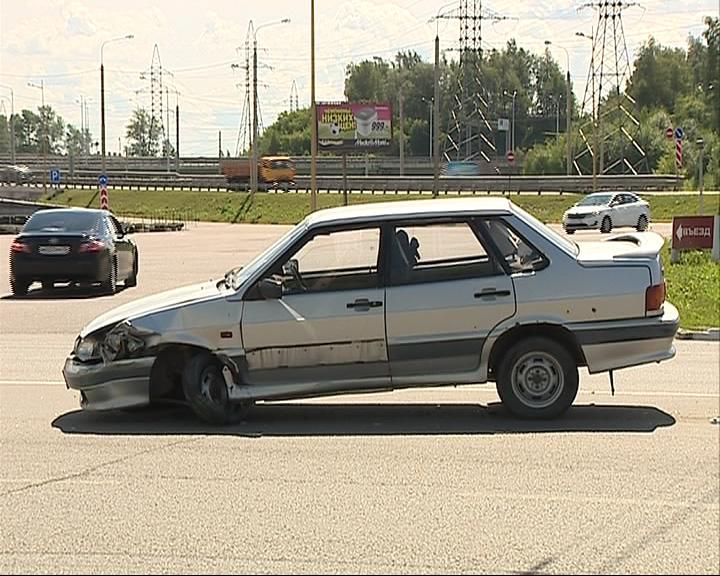 В дорожное ограждение врезалась «Лада» 15-ой модели