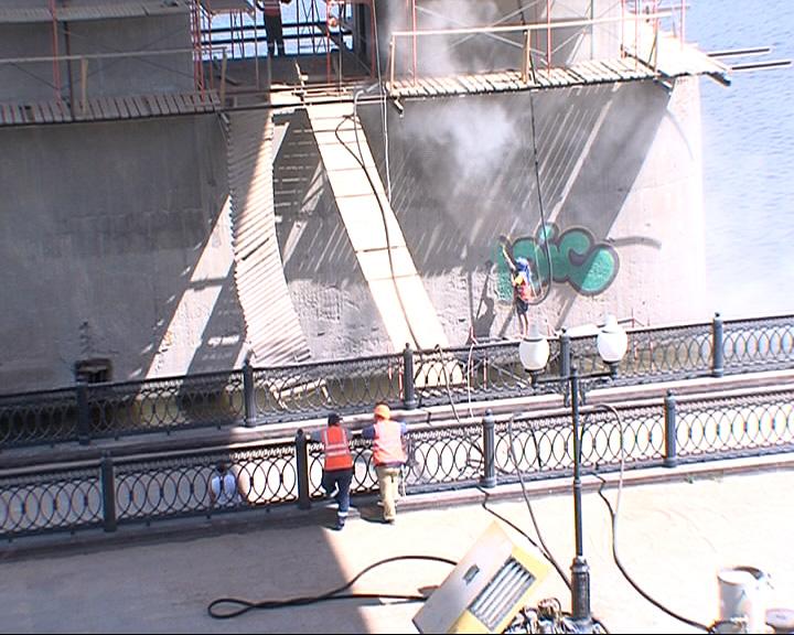 Октябрьский мост страдает от вандалов