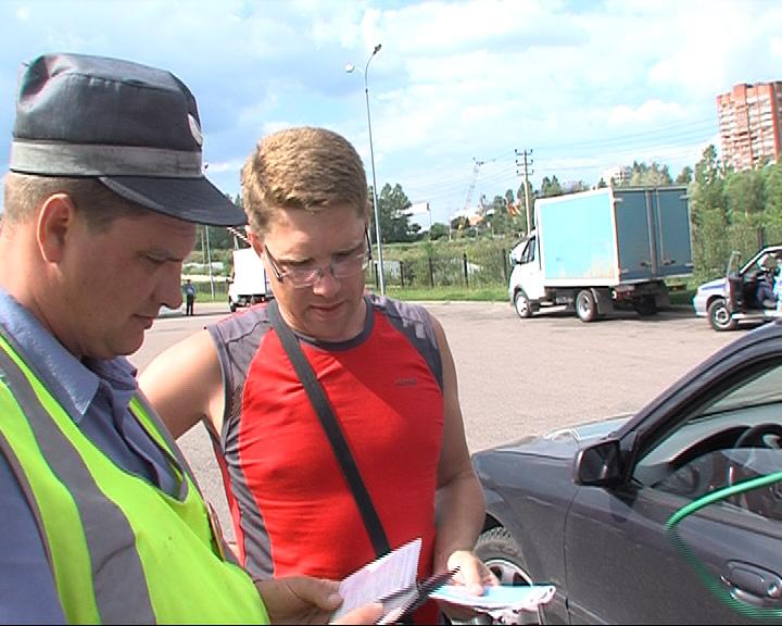 Инспекторы выявляют водителей, перевозящих детей без кресел