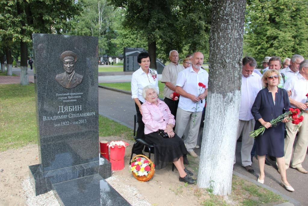 На могиле Владимира Дябина торжественно установили надгробие