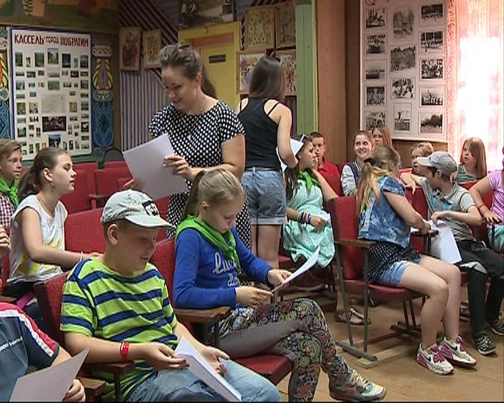 Школьникам, попробовать себя в роли телеведущего или корреспондента.