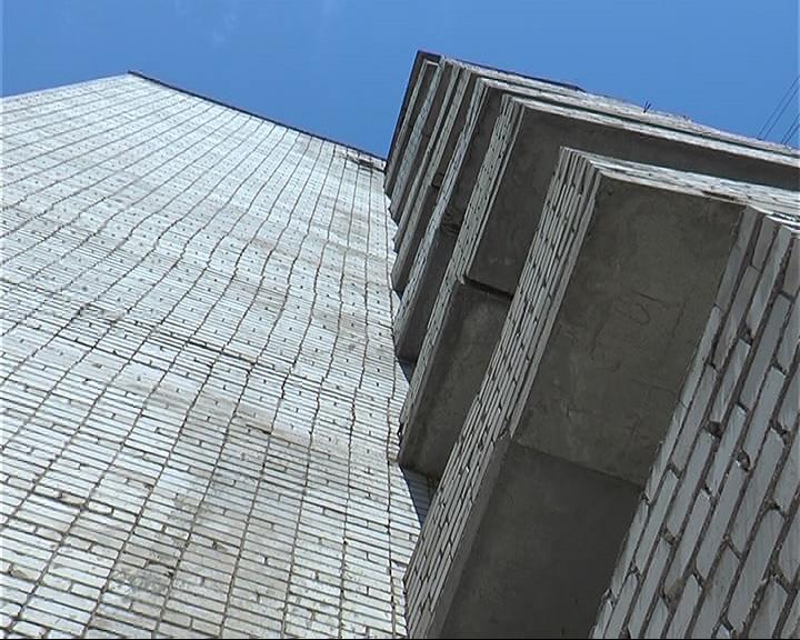 На улице строителей под балконами девятиэтажки обнаружен труп