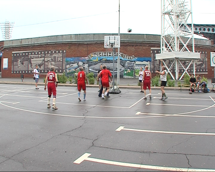 Турнир по баскетболу «три на три» собрал на площадке у стадиона «Шинник» не один десяток команд