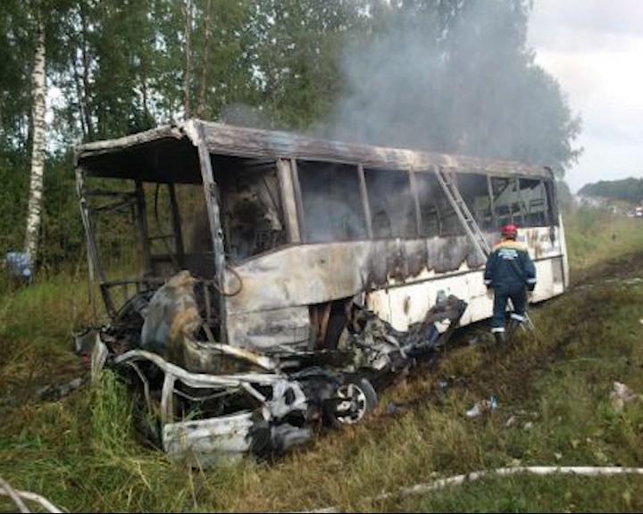 Водитель иномарки, врезавшись в автобус 500-Э, погиб