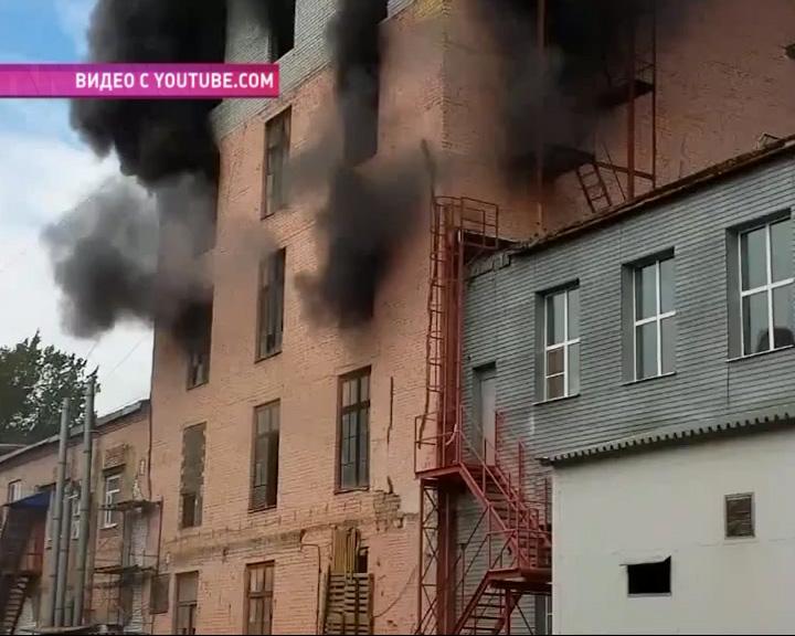 В Ярославле полыхал огонь в одном из помещений завода порошковых красок