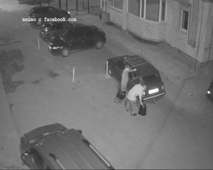Двое неизвестных, вооружившись канистрами и шлангом, слили из автомобиля бензин