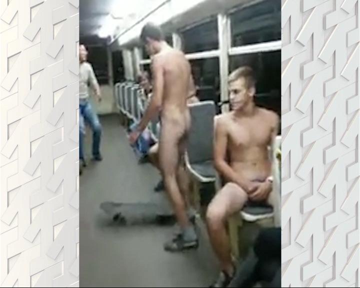 Трое ярославских подростков прокатились в трамвае голышом