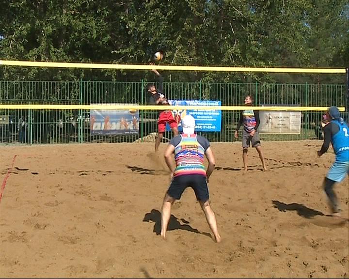 На Центральном пляже Ярославля прошел традиционный фестиваль пляжного волейбола «Фитнес без абонемента»