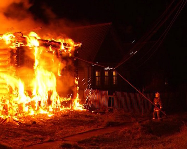Два пожара за одни сутки: сгорел жилой дом и «ВАЗ 2114»