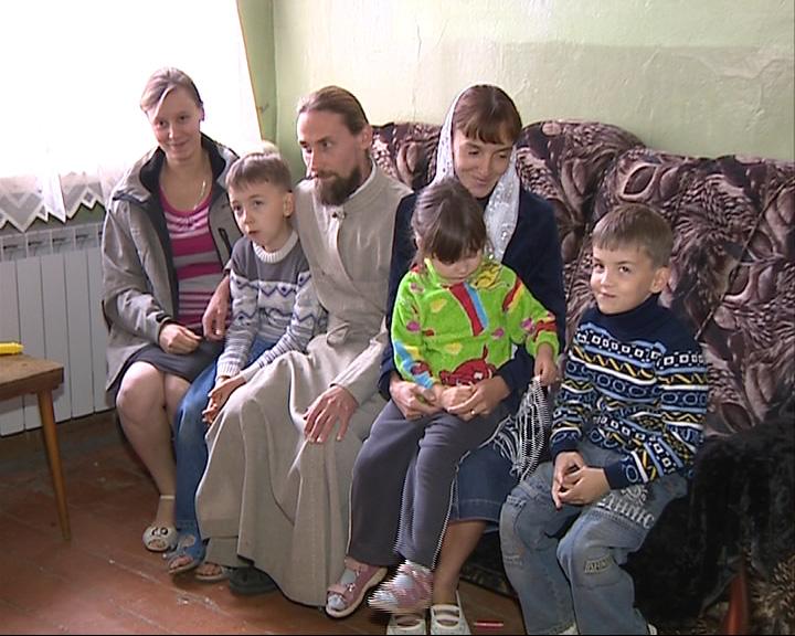Дьякону с семьей нужно вернуться домой на Украину, а дом разбомбили