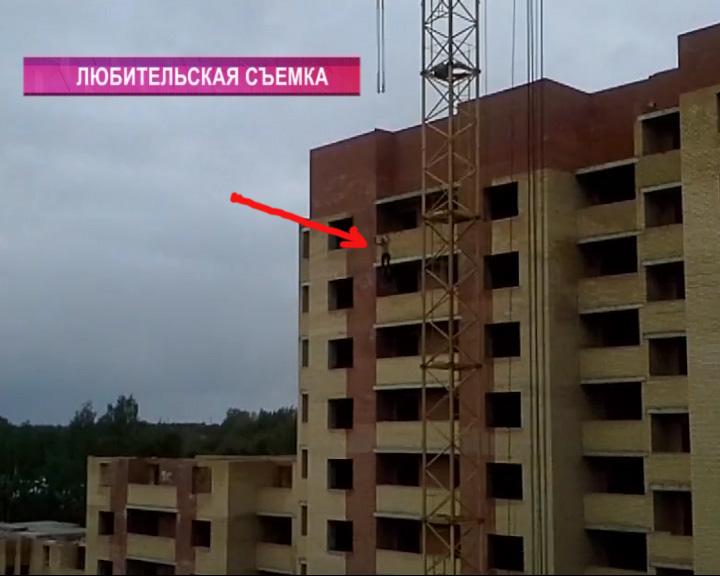 На строительной площадке с башенного крана сорвалась девушка