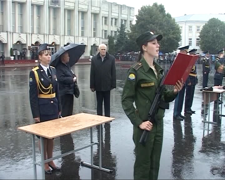Проливной дождь им нипочём: первокурсники приняли присягу