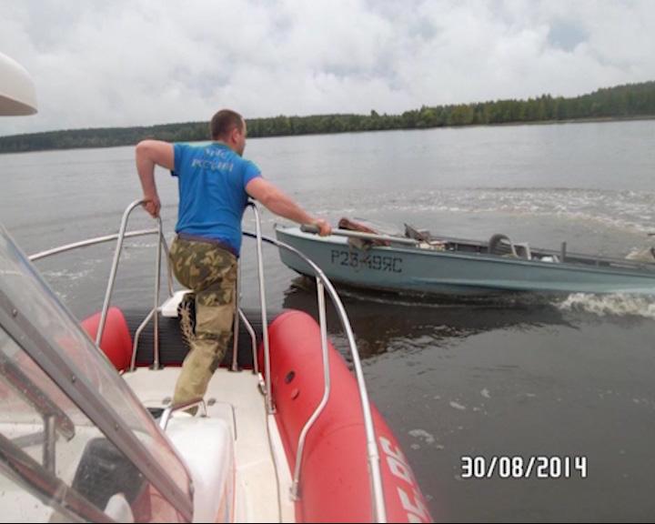 Моторная лодка наскочила на буй: мужчина и женщина упали в воду и захлебнулись