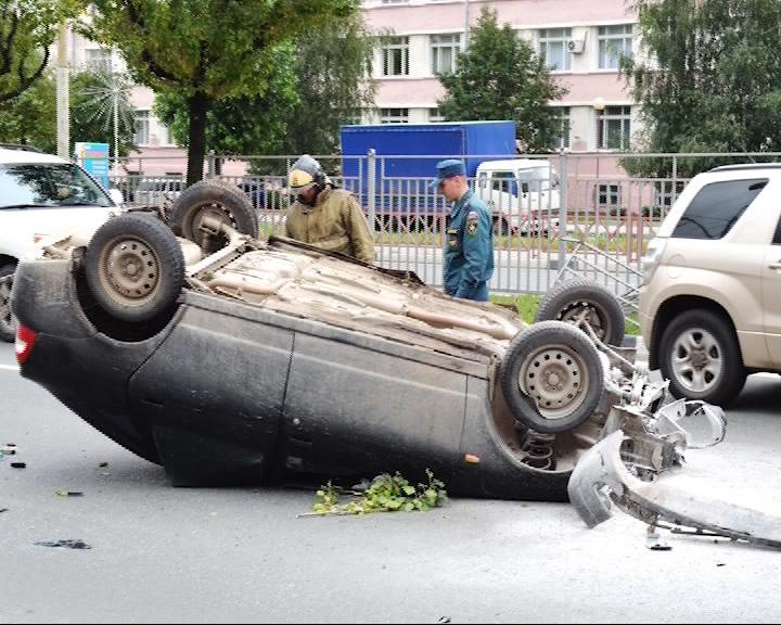 Днем в Ярославле на Московском проспекте на крышу опрокинулся «ВАЗ»