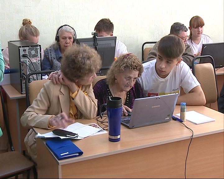 Дети взялись обучить пенсионеров компьютерной грамотности