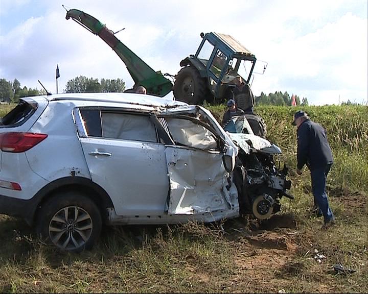 Утренний туман помешал манёвру: автомобиль «КИА» врезался в трактор