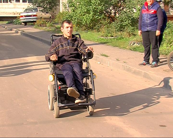 Мечта сбылась: Роману Катусову подарили электроколяску
