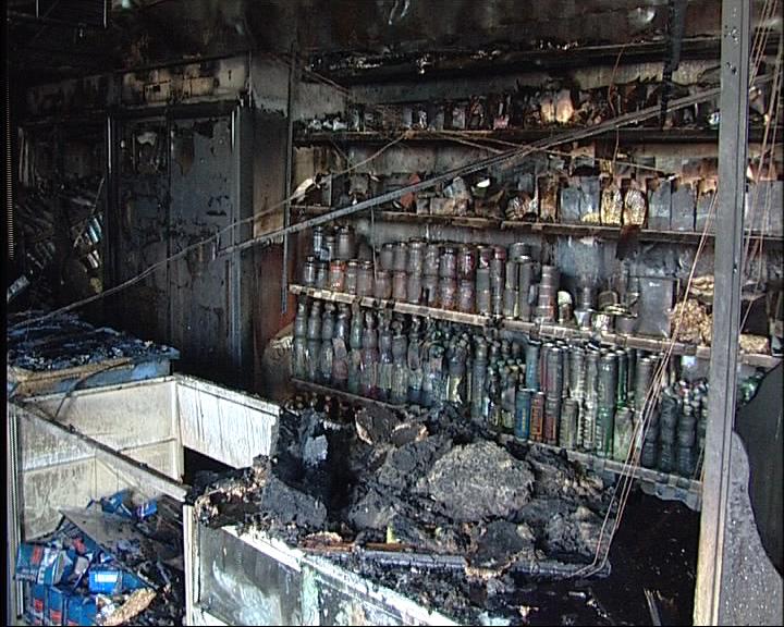 У моторного завода сгорели магазин и закусочная