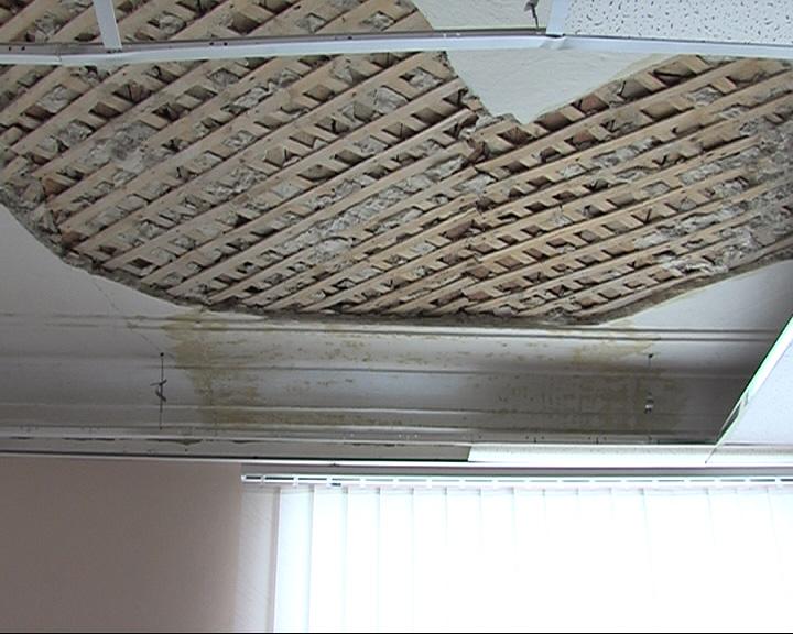 В медакадемии на девушку обвалился потолок