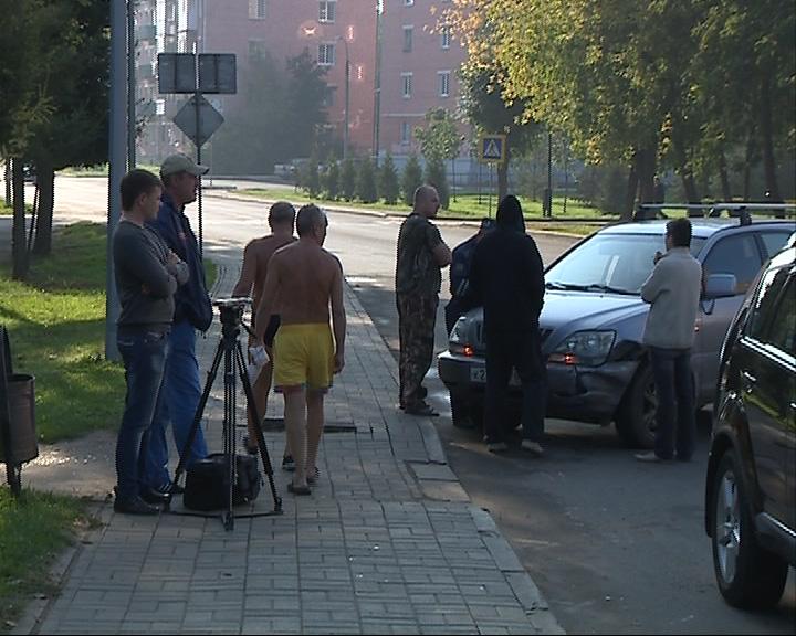 Полуголые люди пришли посмотреть на ДТП в Рыбинске