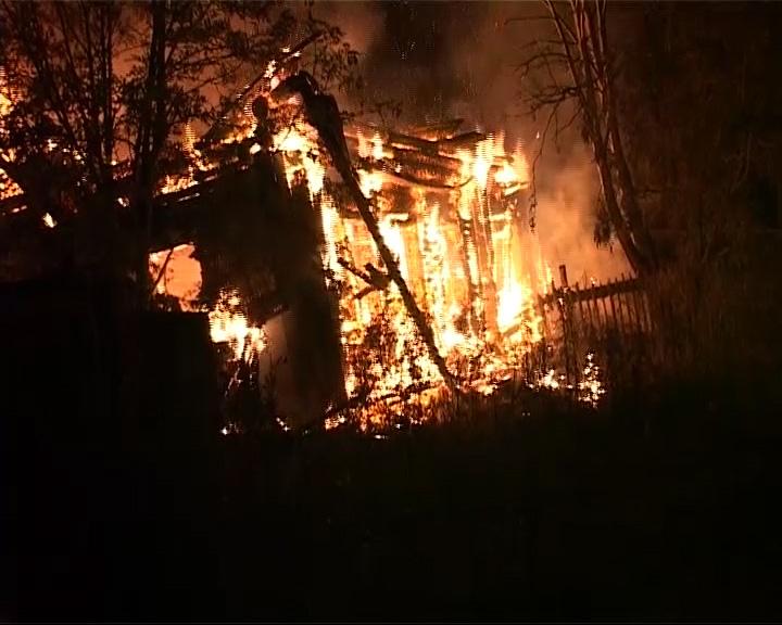 На улице Ярославской в Данилове сгорел дом