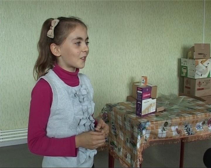 Наконец-то удочеренную в Португалии Сандру вернули родной матери в Пречистое