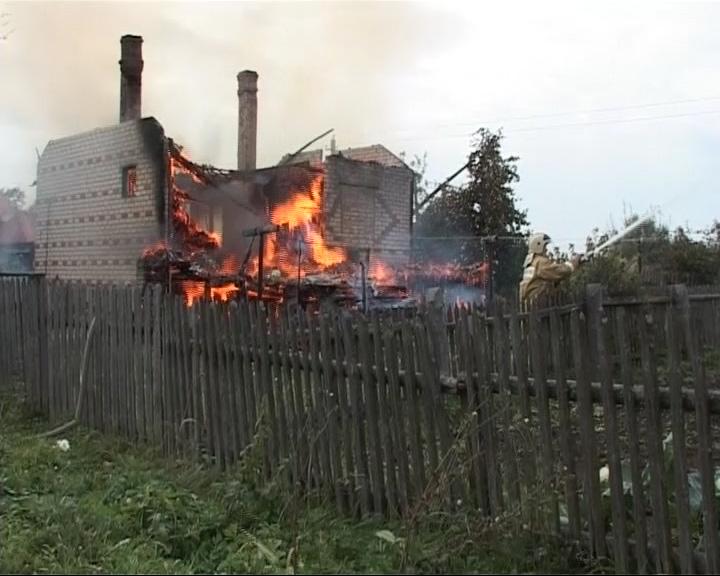 Огонь уничтожил дом 75-летней женщины