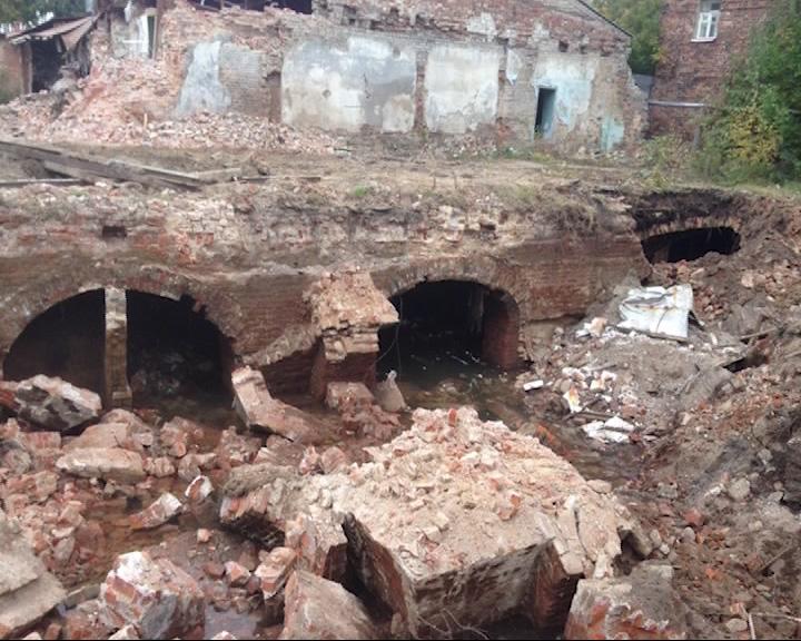 В ходе раскопок рабочие обнаружили остатки прежних сооружений и разрушили их
