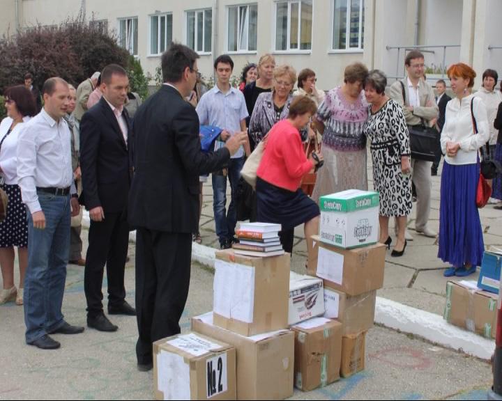 Депутаты Ярославской областной Думы доставили в Крым книги
