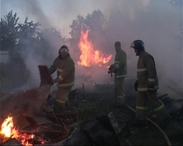 От сильного пожара в Рыбинске пострадали 12 гаражей