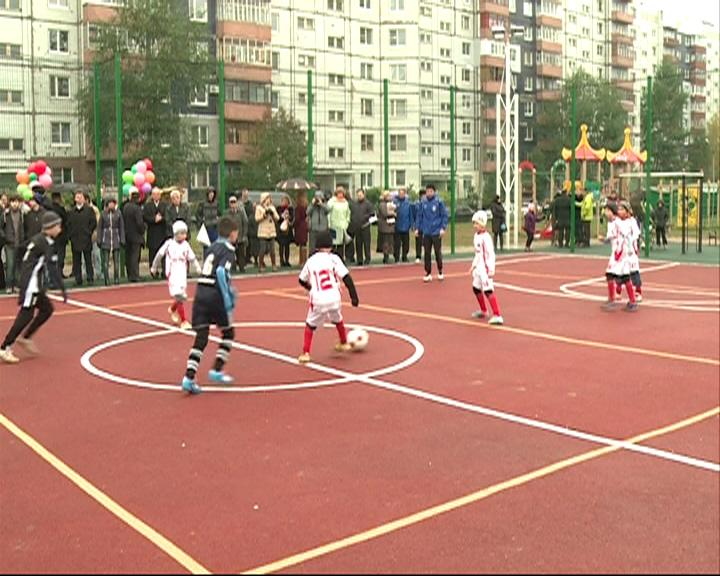 В Дзержинском районе открыли спортплощадку за 2 млн. рублей
