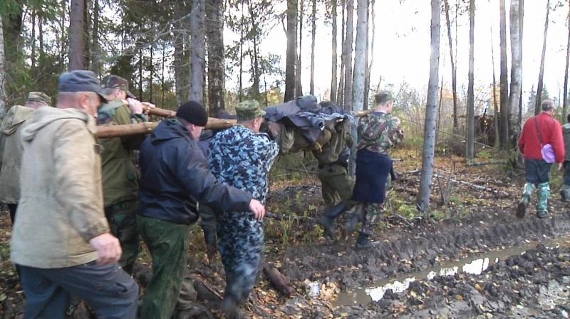 Полицейские пять километров выносили из леса на носилках заблудившуюся женщину