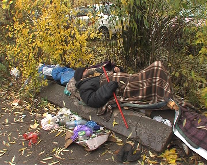 В Ростове рядом с торговым центром поселился бездомный