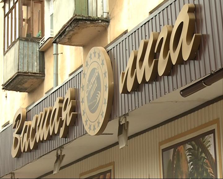Мужчина в маске, угрожая продавцам пистолетом, ограбил крупный продуктовый универсам