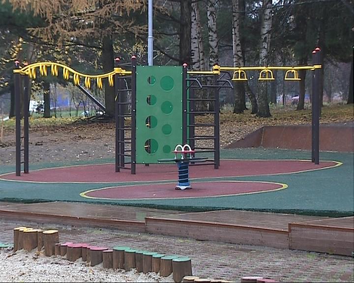 В сквере на Нефтестрое открылась новая детская площадка