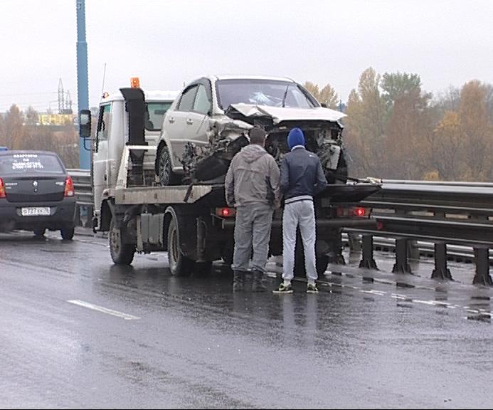 Утром из-за аварии встал Юбилейный мост