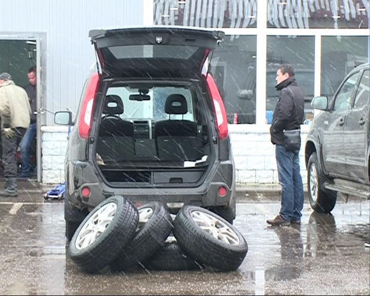 Из-за выпавшего снега на шиномонтаж выстроились очереди из ярославских автолюбителей