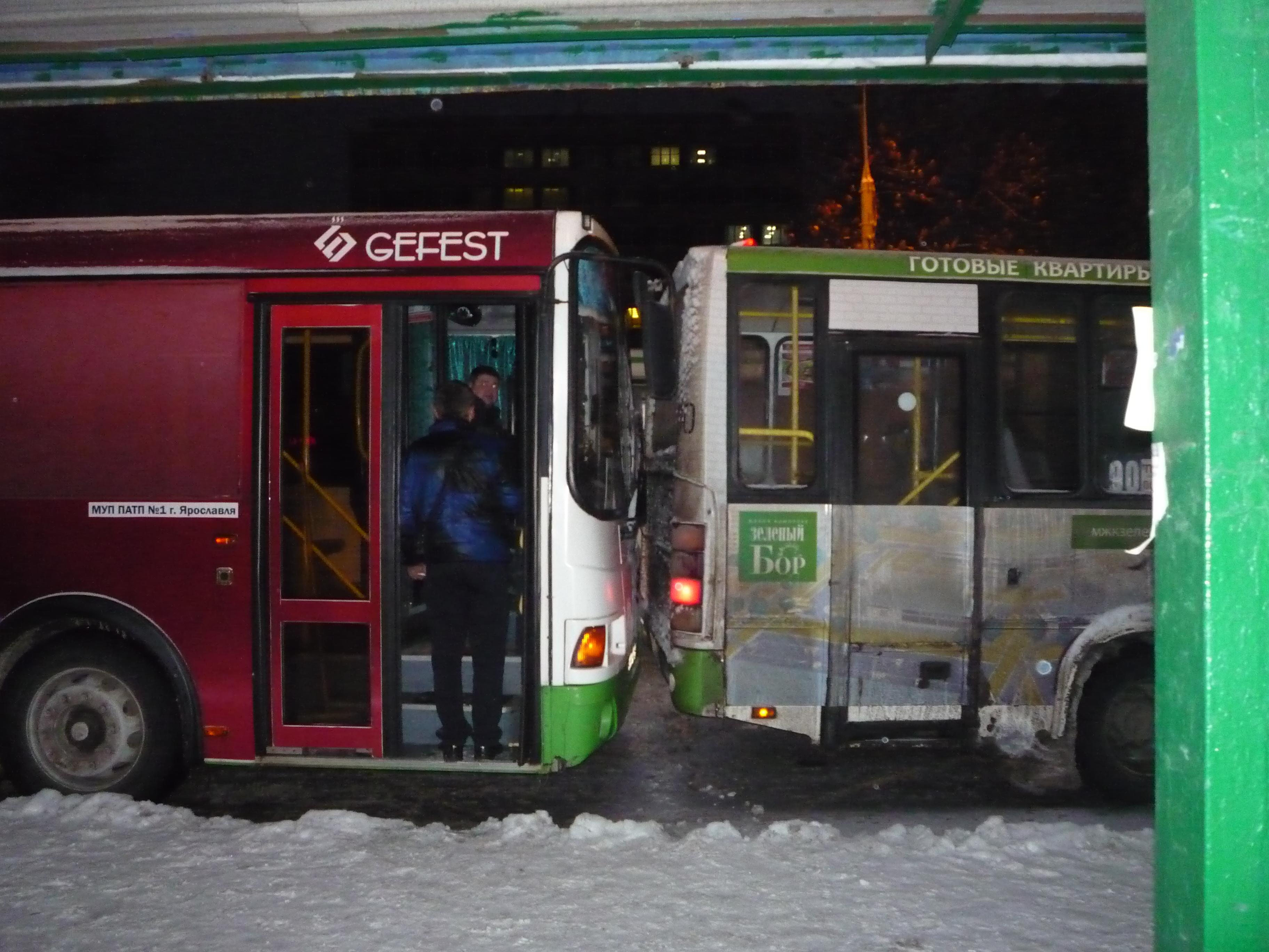 На проспекте Октября столкнулись два пассажирских автобуса