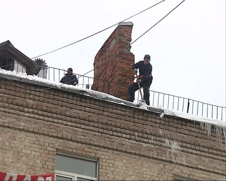 Корреспондент «Первого Ярославского» выяснил, кто отвечает за уборку снега с крыш домов