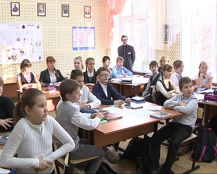 Заместитель губернатора Александр Краснов провел урок в школе