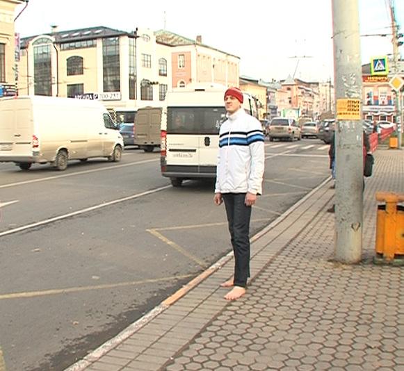 Ярославец, увлекшись необычной идеей, разгуливает по городу босиком