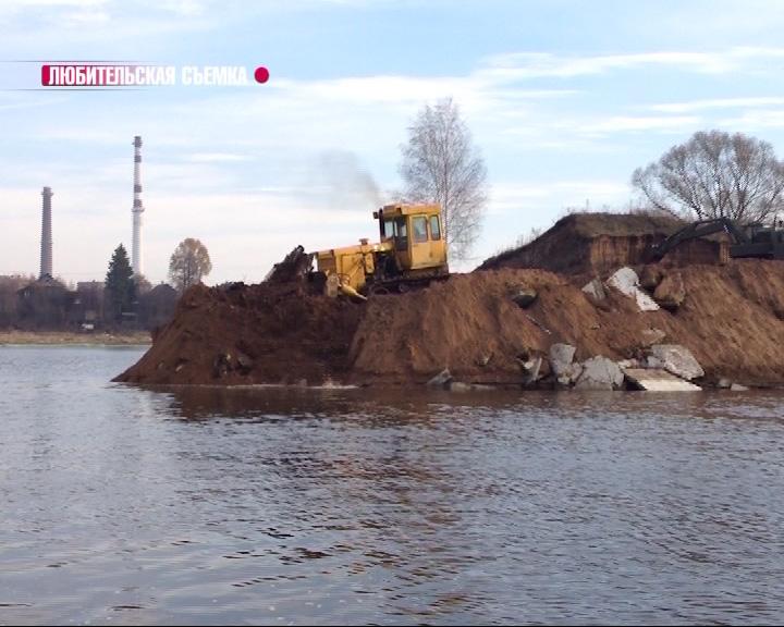 В Заволжском районе строительная технка засыпает водоем
