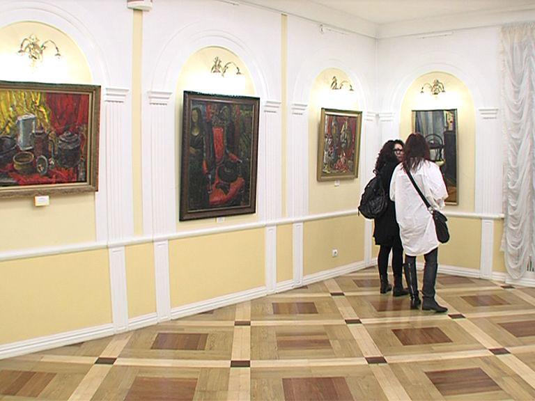 В фойе Волковского театра открылась выставка Валерия Теплова